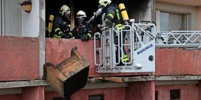 Nachdem der Brand gelöscht war, wurden aus Sicherheitsgründen einige Möbelstücke aus dem Fenster geworfen. Quelle: André Reichel