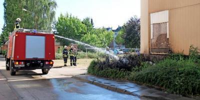 Foto zur Meldung: Flammen an der Fassade eines Wohnblocks