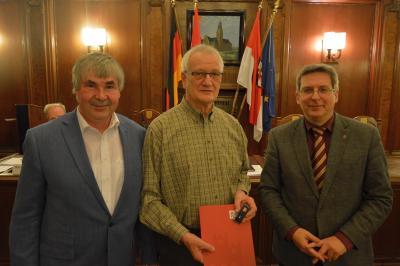 1.Gerhard Müller (m.)  nahm die Ehrennadel der Stadt Wittenberge vom Stadtverordnetenvorsitzendem Karsten Korup (l.) und Bürgermeister Dr. Oliver Hermann entgegen I Foto: Martin Ferch