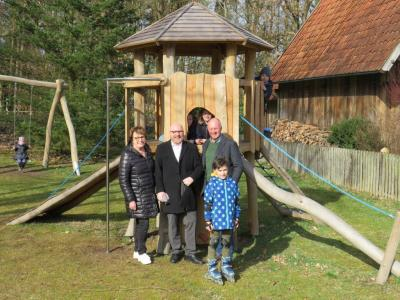 Fachbereichsleiterin Heike Kohlmeyer, Ortsvorsteher Ulf-Marcus Grube und Bürgermeister Dr. Jens Bülthuis bei der offiziellen Eröffnung des neuen Spielplatzes in Hützel.