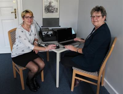 Die Mitarbeiterinnen der Sassnitzer Meldestelle testen die Funktionen des neuen Bürgerkoffers. (Foto: Stadt Sassnitz)