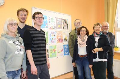 Unser Bild zeigt die Mitglieder des Begleitausschusses vor den vielfältigen Plakaten