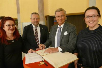 Ehrengast und Referent Wolfgang Bosbach beim Eintrag ins Goldene Buch der Stadt Hildburghausen