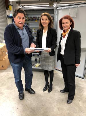 Von links: Olaf Sulatycki, Geschäftsführer der MESA Mess- und Steuerungsanlagen GmbH, informiert Bürgermeisterin Monika Böttcher und Anke Prätzas (Wirtschaftsförderin) über die Tätigkeiten in seinem Betrieb.