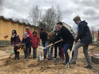 Vorschaubild zur Meldung: 1. Spatenstich für Hort-Neubau an der Schollgrundschule