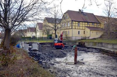 Der Konsumteich an der Hauptstraße in Fuchshain: das Gewässer ist verschlammt und ein Teil der Mauer eingebrochen.