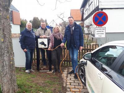 Bildunterschrift von links nach rechts: Karl-Walter Eberlein, Reinhold Corell, Kirsten Rockensüß, Bürgermeister Heinrich Vesper