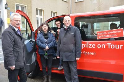 Übergabe des 9-Sitzer-Kleinbusses an den Vereinsvorstand