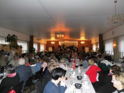 """Ausverkaufter Saal bei der Frauentagsveranstaltung der Gemeinde Göhlen mit dem Chor der Musikschule """"The Kiss of Pop"""""""