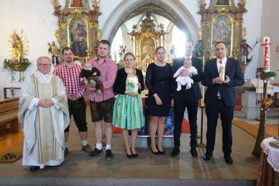 Foto zur Meldung: Zwei junge Erdenbürger in unserer Pfarrgemeinde aufgenommen