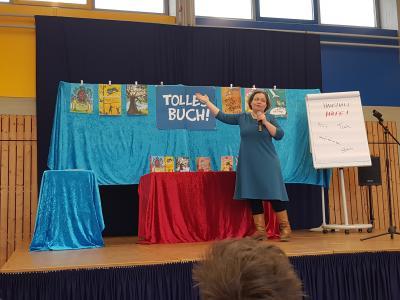 Foto zur Meldung: Literaturvermittlerin Tina Kemnitz besucht die Grundschule Am See