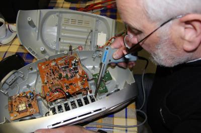 Reparateur Joachim Prokoph schaut, ob das Radio noch zu reparieren ist