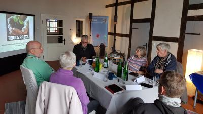 Referent mit Teilnehmern im nagelneuen Seminarraum