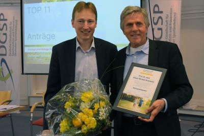 Der neue DGSP-Präsident Prof. Bernd Wolfarth mit seinem Vorgänger und jetzigen Ehrenpräsidenten Prof. Klaus-Michael Braumann