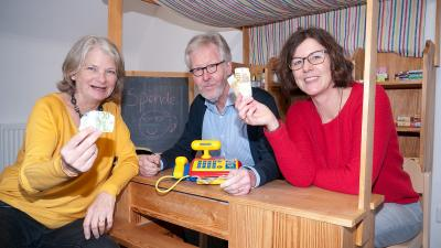Kleines Geld ganz groß: Matthias Krunke überreicht gemeinsam mit seiner Ehefrau Gabi Fischer-Krunke symbolisch im Kaufladen des Kinderschutz-Zentrums seine Spende an Pia Eckmann (rechts).