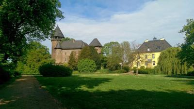 https://pixabay.com/de/photos/burg-linn-parkanlage-krefeld-2169418/