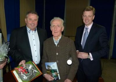 Bild von links: Erster Bürgermeister Stefan Busch, Ludwig Richter und Landrat Dr. Oliver Bär