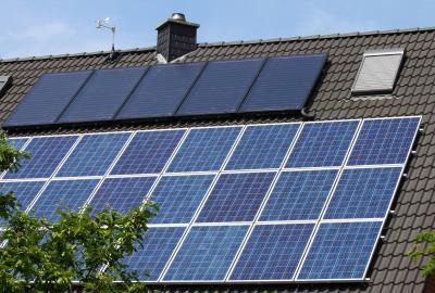 Auf dem Bild zu sehen ist ein Dach mit einer Photovoltaikanlage. ©Horst Schmidt - stock.adobe.com