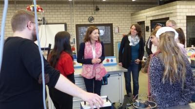 Gemeinsam mit der Bürgermeisterin Monika Böttcher (Bildmitte), sowie der Frauen- und Gleichstellungsbeauftragten Annika Frohböse (rechts daneben) haben neun Maintaler Mädchen zwischen 10 und 15 Jahren während des Girls' Day am 28. März die Bundesfachschule Kälte-Klima-Technik besucht.
