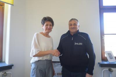 Bürgermeisterin Kerstin Schöniger begrüßt Herrn Michael Handschug