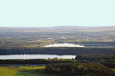 Der Moritzsee und der dahinterliegende Grillensee an der A 14. Damit Naunhof hier touristisch entwickeln kann, braucht es eine Grenzänderung.