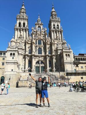 Hans Manhart und Günther Marsch  vor der Kathedrale von Santiago de Compostela