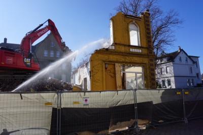 Foto zur Meldung: Rückbauarbeiten für das Rat- und Bürgerhaus haben begonnen - Gemeinde weiterhin im Zeitplan
