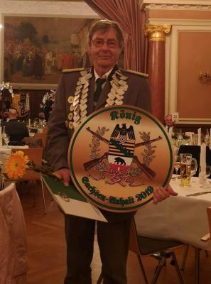 Foto zur Meldung: 28.Landeskönigsschießen und 21. Landeskönigspokal in Schkopau Elsteraner Frank-Lutz Koltermann wurde neuer Landesschützenkönig
