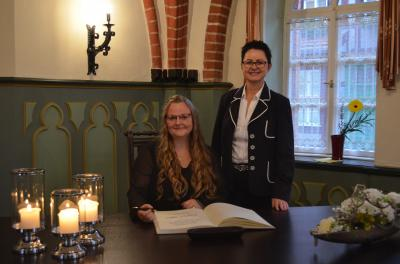 Stadt Perleberg, 2019 | v.r: Bürgermeisterin Jura und Absolventin Annemarie Zeggel bei der Eintragung ins Ehrenbuch