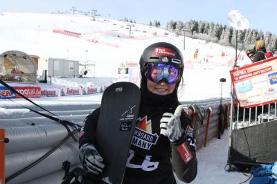 Daumen hoch: Jana Fischer hat  als Junioren-Weltmeisterin im Snowboard Cross gut lachen - Foto: Joachim Hahne