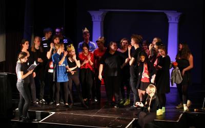 Vorschaubild zur Meldung: Theater-AG zeigt Shakespeares sämtliche Werke