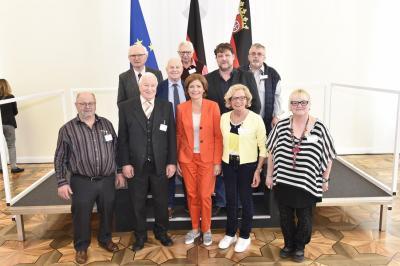Frau MP'in Dreyer mit Ehrenamtler/inne/n aus dem Rhein-Hunsrück-Kreis einschl. Edgar Grings (oberste Reihe, rechts außen) - Foto: Staatskanzlei RLP/ Pulkowski