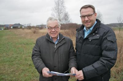 Bürgermeister Jörg Minkley (links) mit Samtgemeindebürgermeister Gero Janze (rechts) bei einem Vorort-Termin. (Foto: Erik Beyen)