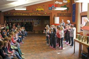 Vor der Verleihung gab die Saterfriesisch AG aus Schülern der ersten und zweiten Klasse einige Lieder auf Saterfriesisch zum Besten (Foto: Niklas Pröll)