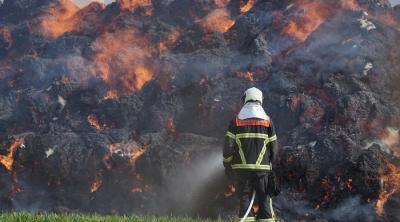 Strohmiete steht komplett in Flammen