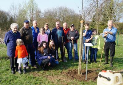 Zufriedene Helfer - der Baum des Jahres 2019, die Flatterulme ist gepflanzt