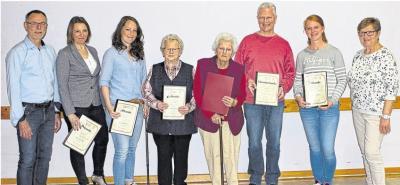 Frank Funk (links) und Hiltrud Schäfer (rechts) bedauerten, dass von den 22 zu ehrenden Mitgliedern aus den unterschiedlichsten Gründen nur sechs anwesend sein konnten. Umso mehr freuten sie sich über das Erscheinen von Gertrud Künzler (82, 4. v. re.), die seit 75 Jahren zum TVO gehört.Foto: Rolf Kahl