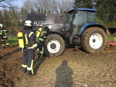 Vorschaubild zur Meldung: Traktorbrand auf Feld
