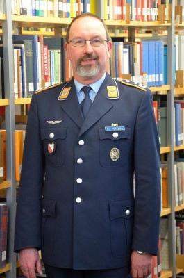 Oberstleutnant Dr. Harald Fritz Potempa ist Historiker und arbeitet als wissenschaftlicher Mitarbeiter beim Zentrum für Militärgeschichte und Sozialwissenschaften der Bundeswehr in Potsdam.