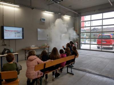 Vorschaubild zur Meldung: Klasse 4c der Karl-Bühler-Schule zu Gast bei der Feuerwehr in Mönchzell