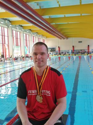 Michael nach dem erfolgreichen Wettkampf in der Schwimmhalle von Halle Neustadt.