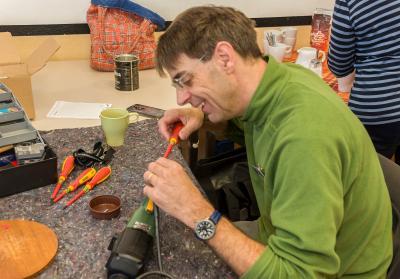 Dominik Tillmanns im Reparatur-Café in Maintal-Bischofsheim. Foto: Jürgen Eibich