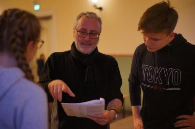 Philipp Falkenhagen | Regisseur Renè Hill, bei der Absprache mit Anna-Seine Bock und Jonas Zado.