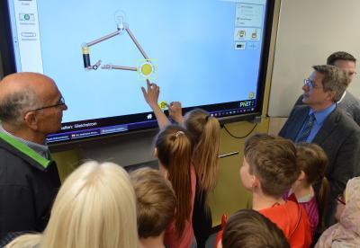 Schüler der Klasse 6a der Jahnschule zeigen das neue interaktive Whiteboard I Foto: Martin Ferch
