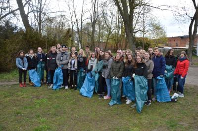 über 40 Schülerinnen und Schüler des Marie-Curie-Gymnasiums beteiligten sich am Frühjahrsputz I Foto: Martin Ferch
