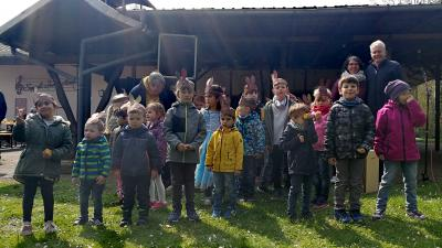 Die Kinder der Kita Hesseldorf zusammen mit Bürgermeister Andreas Weiher und Kita Leitung Bärbel Neiter