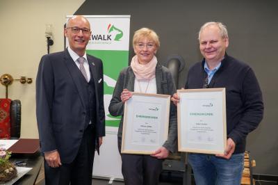 Bürgermeister Dr. Ronald Thiel ehrte sie für ihre Verdienste um die Stadt Pritzwalk: Martina Liedtke und Godert Wuttke. Foto: Andreas König/Stadt Pritzwalk