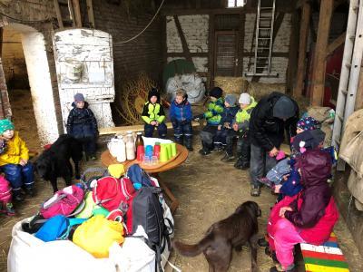 Vorschaubild zur Meldung: Die Waldgruppe zu Besuch auf dem Bauernhof