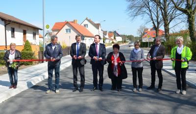 Foto zur Meldung: Landrat und Bürgermeister geben Lauchhammerstraße in Grünewalde offiziell für den Verkehr frei