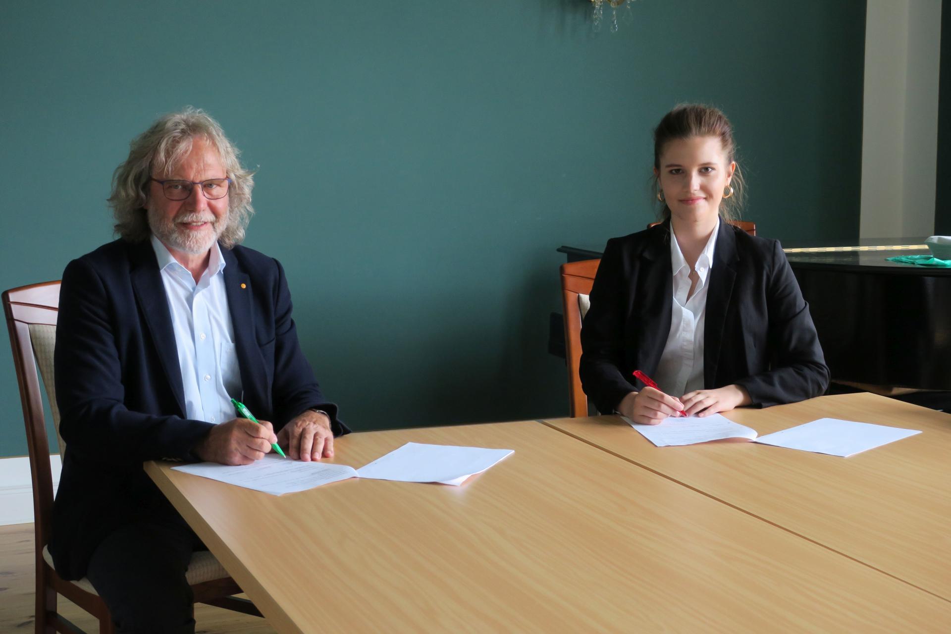Mittlerweile ist die Tinte trocken: Bürgermeister Werner Suchner und Gina Frommel bei der Unterzeichnung des Ausbildungsvertrages im Calauer Rathaus. Foto: Stadt Calau / Jan Hornhauer